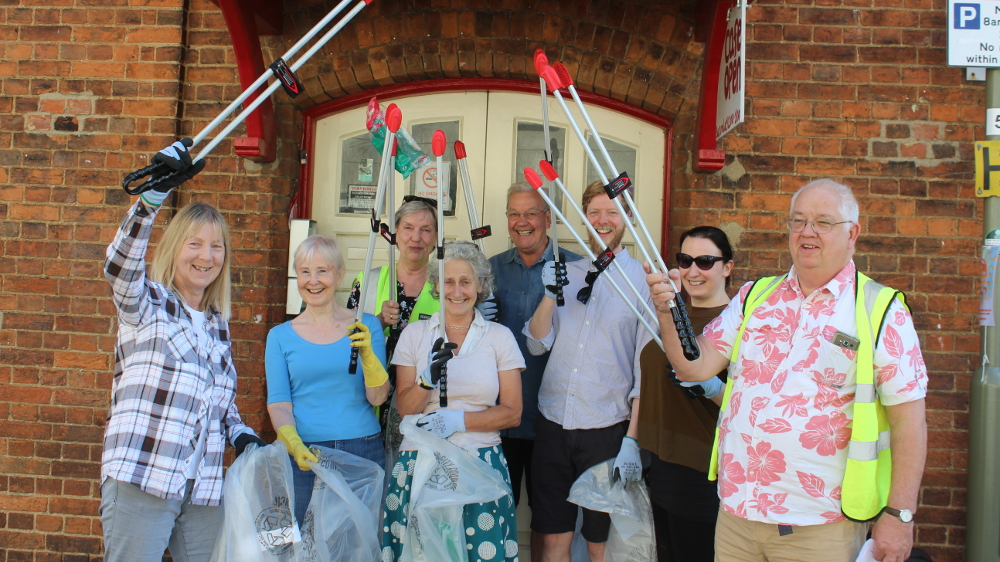 <p>Jericho&#8217;s own little litter pick in July 2017, organized by John Mair, in the fetching pink shirt</p>